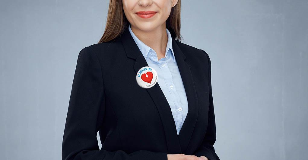kvinna i dräkt m WVD-knapp